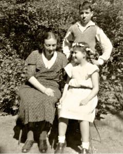 Fritz und Ruth mit ihrer Mutter Elisabeth Höniger im Garten der Arndtstrasse 38 (Aufnahme 30er Jahre)