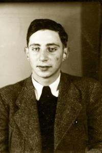 Passfoto von Manfred Ehlbaum in seinem Fluchtdokument. (Aufnahme ca. 1940) © Gedenkstätte Yad Vashem, Signatur 5339/27
