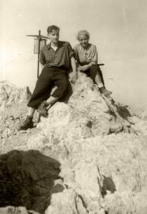 Maria Schaefer und Sohn Jürg. Sohn Klaus fotografiert bei dieser Wandertour auf den Spitz-Kofl in Österreich 1943 © Klaus Schaefer