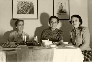 Dr. Elisabeth Steiner (re.) eine Überlebende des Lagers Theresienstadt zu Besuch in Heidelberg bei Herberg (li.) und Sandels (Mitte). (Aufnahme 50er Jahre) © Dr. Dieter Herberg