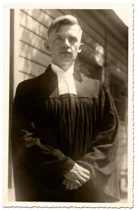 Vikar Heinz Welke vor der Notkirche der Dreifaltigkeitsgemeinde (Aufnahme 1936) © Dieter Welke