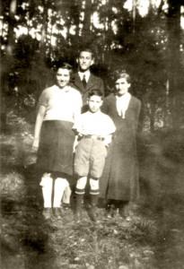 Robert (im Hintergrund) mit Mutter Henriette, und den Geschwistern Rosa und Heini. (Aufnahme 1936) Die Familie Eisenstädt wird am 1.6.1942 aus Hanau deportiert. © Gerald von Gostomski