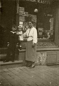 Alwine Müller versteckte von Mai 1944 - 3. Februar 1945 Jenny Iller in ihrer Wohnung in Wiesbaden. (Aufnahme ca. Ende 30er Jahre mit den Kindern einer Freundin) © Sammlung Dorothee Lottmann-Kaeseler